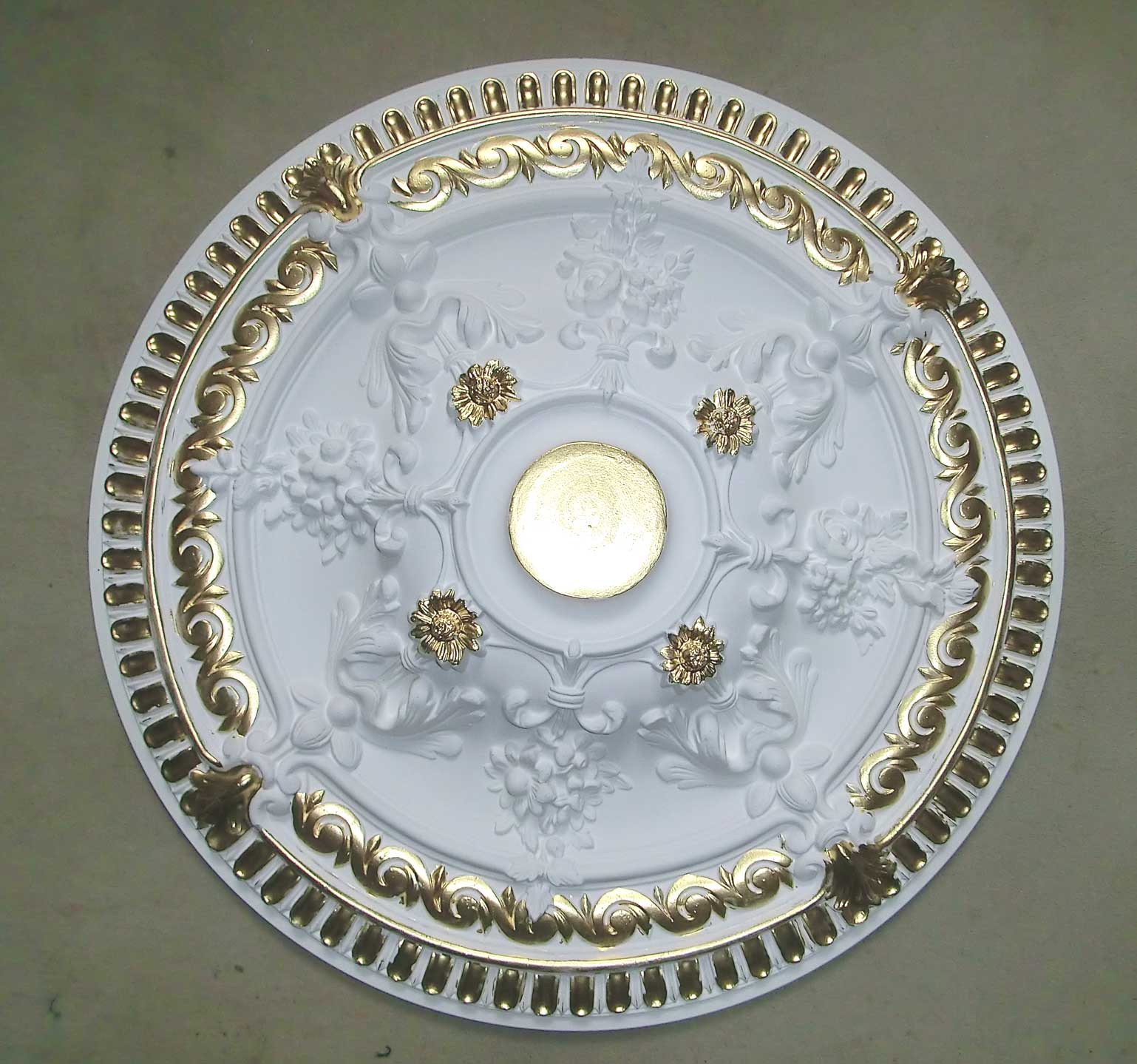 Zierprofile und rosetten weiss gold im barock rokoko stil for Tapeten billig